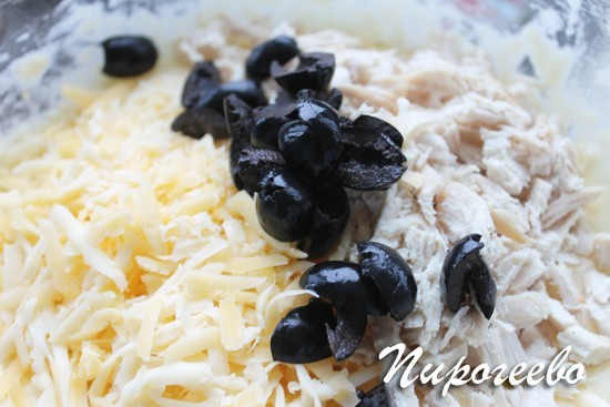 Оливки, сыр, курицу добавляем в тесто