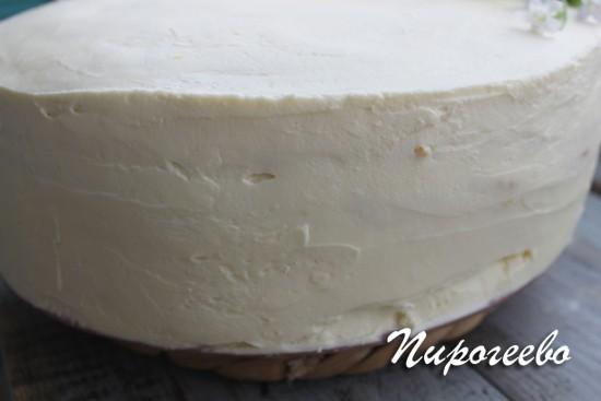 Выравниваем торт с помощью крема