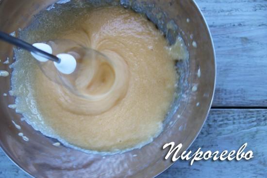 Взбиваем с помощью миксера сахарно-яичную смесь