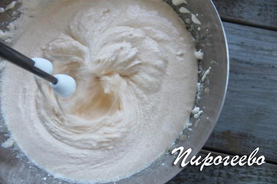 Желтки с сахаром взбиваем с помощью миксера