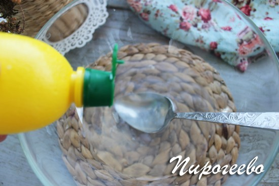 В ледяную воду добавляем сок лимона
