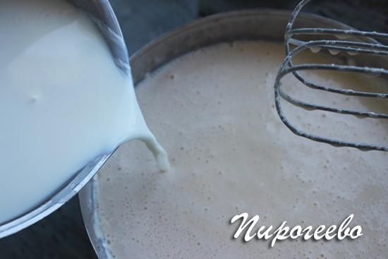 Соединяем горячее молоко с основой для крема