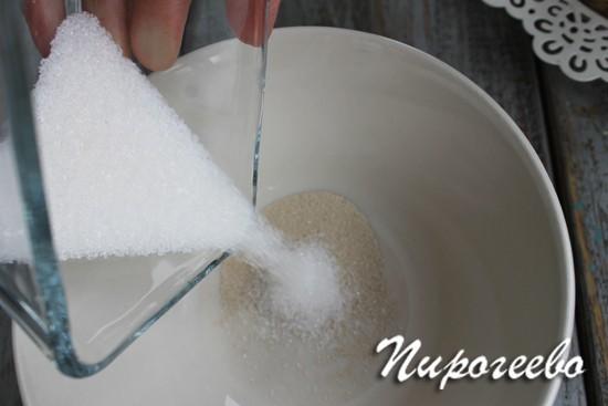 Добавляем ложку сахара в дрожжи