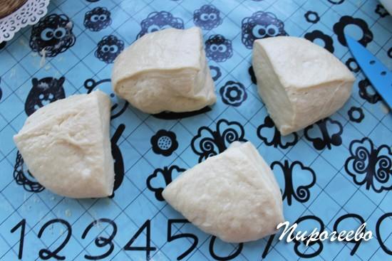 Сдобное тесто делим на равные части