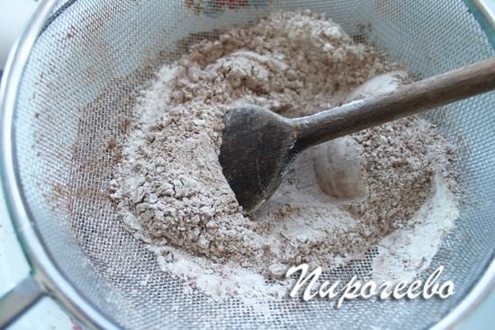 Перемешиваем сухую смесь с помощью венчика или лопатки