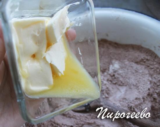Растопленное сливочное масло добавляем в сухую смесь
