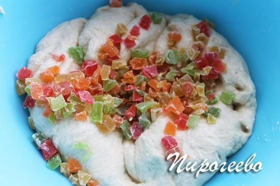 Добавление цукатов в тесто