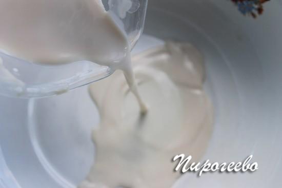 Выливаем дрожжи с молоком в отдельную миску