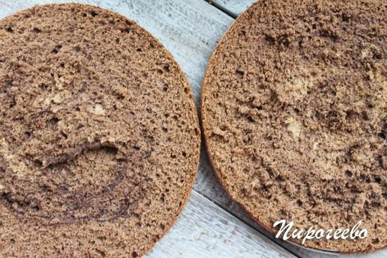 Разрезаем готовый бисквит на две части