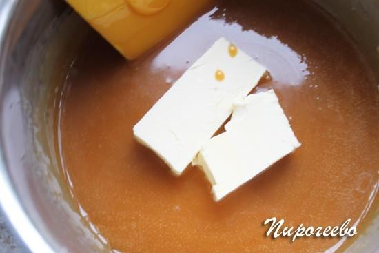 Добавляем сливочное масло в сотейник