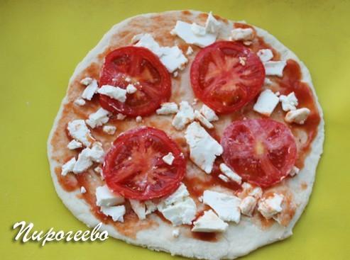Выкладываем сыр и помидоры на корж теста