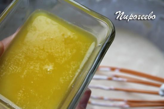 Добавляем растопленное сливочное масло в тесто