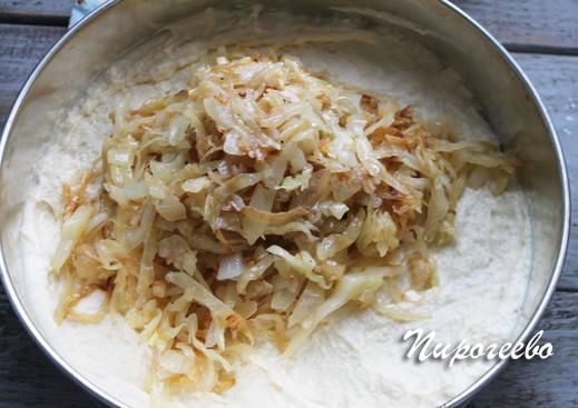 Выкладываем начинку из капусты на тесто
