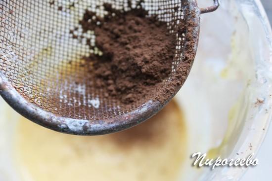 Добавляем порошок какао через сито