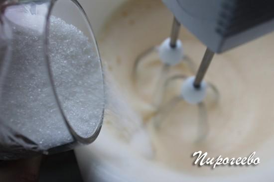 Добавляем сахарный песок в яичную смесь