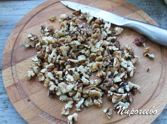 Мелко рубим орехи