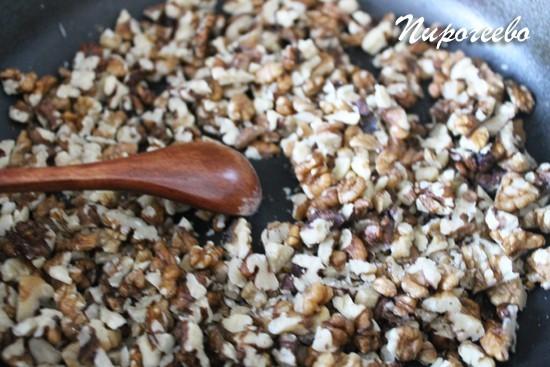 Слегка подсушиваем орехи на сковороде