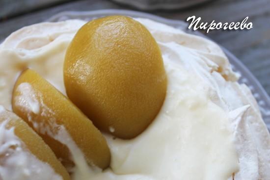 Кусочки персиков накладываем на поверхность десерта