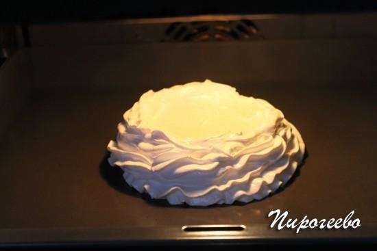 Сначала ставим высокую температуру, чтобы торт хорошо поднялся