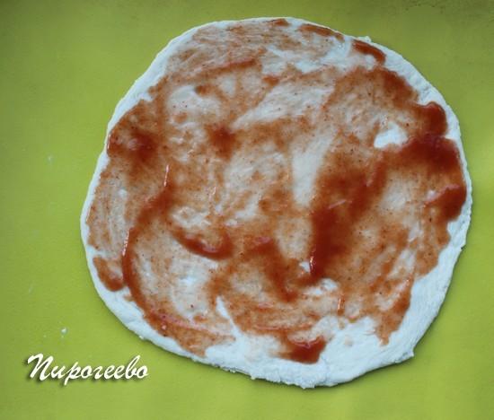 Тесто покрываем томатным соусом