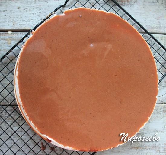 """На торте """"Птичье молоко"""" можно сделать надписи с помощью белого шоколада"""
