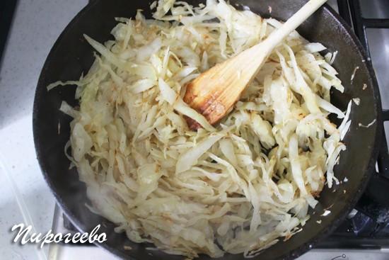 Готовим начинку для капустного пирога