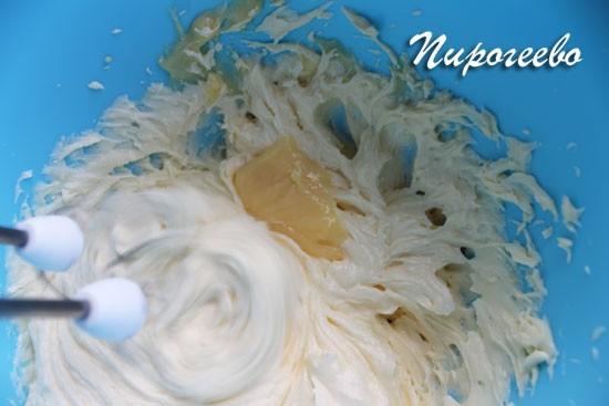 Добавляем небольшое количество крема в масло и взбиваем