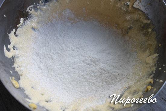 Просеиваем муку в яично-сахарную массу