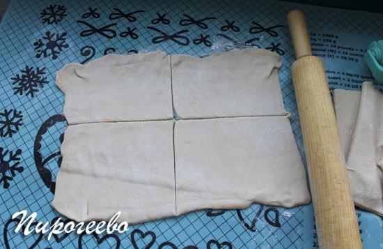 Раскатываем слоеное тесто для слоек