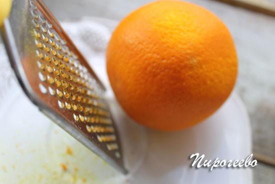 Снимаем с одного апельсина цедру с помощью терки