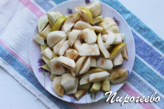 Очищаем яблоки и нарезаем дольками небольшого размера