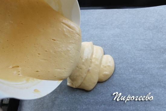 Выливаем тесто на противень, застеленный бумагой