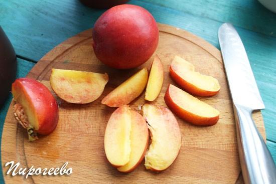 Нектарины или персики нарезаем на дольки
