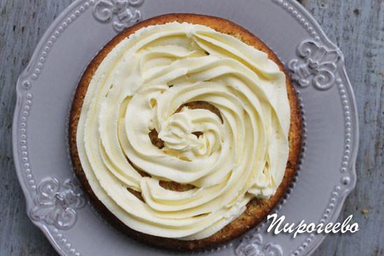 Покрываем кремом нижний корж торта