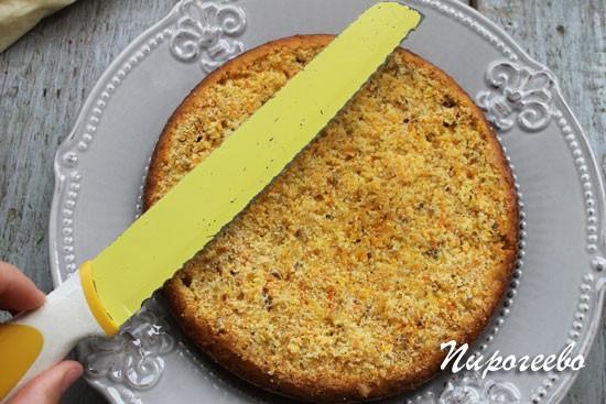 Разрезаем морковный бисквит до одинаковой толщины