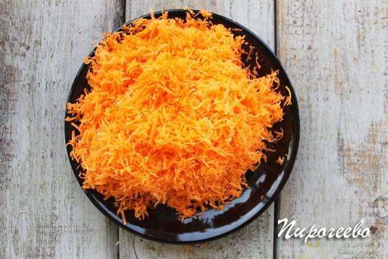 Морковь натираем на самой мелкой терке