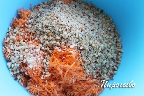 Соединяем морковь и ореховую крошку