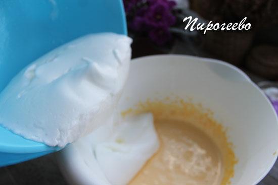 Смешиваем белковую массу с желтковой