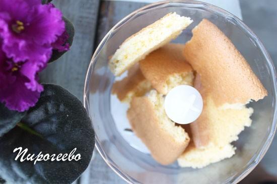 Бисквит измельчаем в блендере