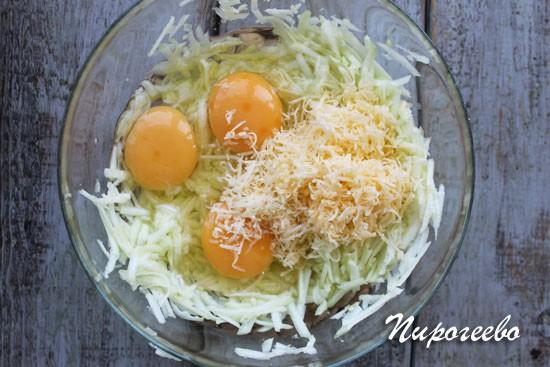 Добавляем тертый сыр и яйца