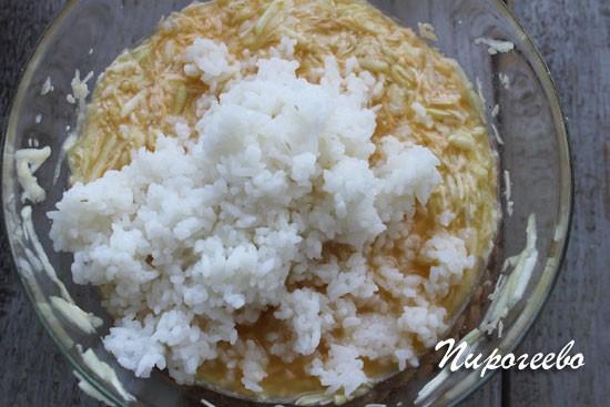 Добавляем рис к кабачковой массе