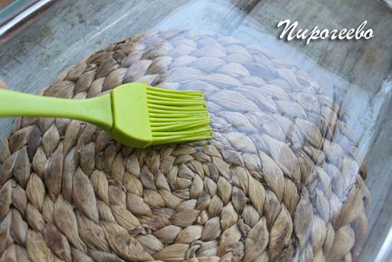 Смазываем растительным маслом дно формы