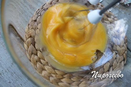 Желтки яиц взбиваем в густую массу