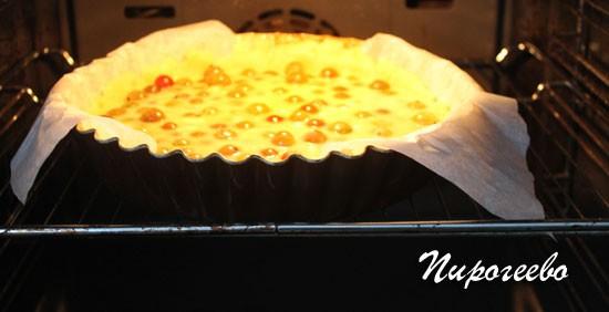 Отправляем пирог с крыжовником в духовку