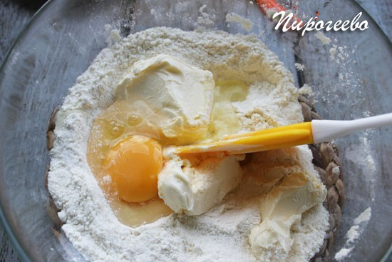 В тесто нужно добавить размягченное сливочное масло