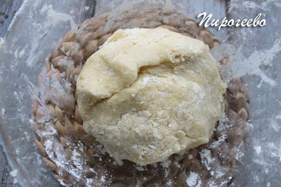 Собираем тесто в шар и оправляем в холодильник