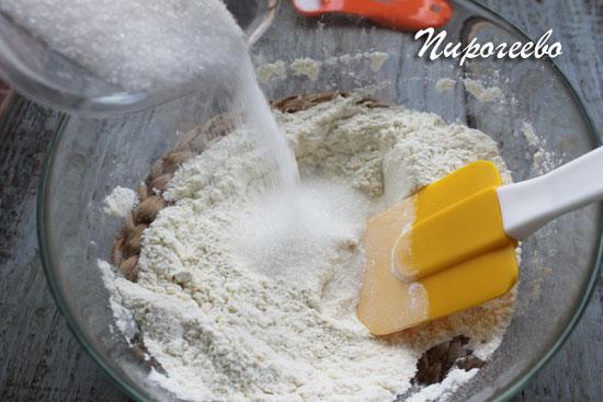 Добавляем сахарный песок в муку и перемешиваем