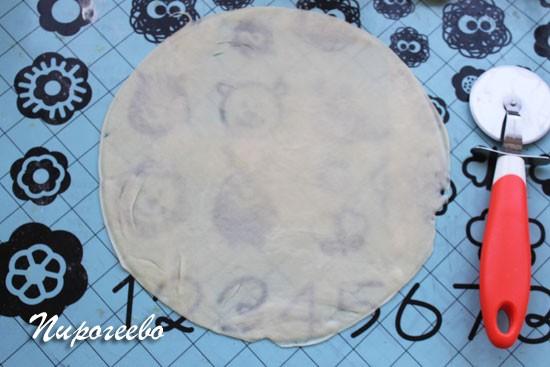 Раскатываем тесто в тонкий корж