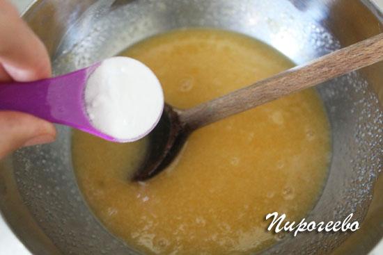 Добавляем в емкость пищевую соду