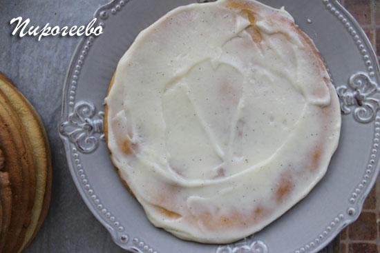 Намазываем корж ровным слоем крема